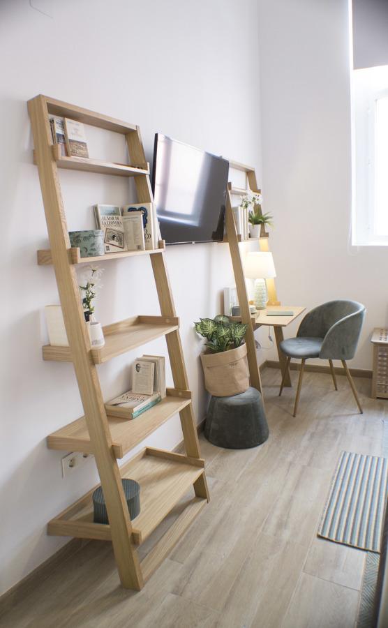 Detalle estantería y escritorio en salón