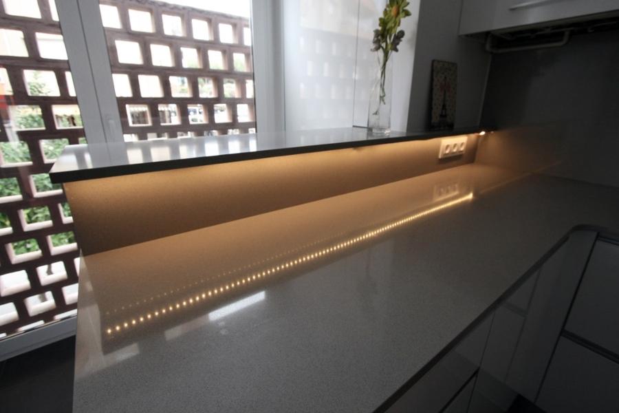 Detalle iluminacion bajo barra en la cocina