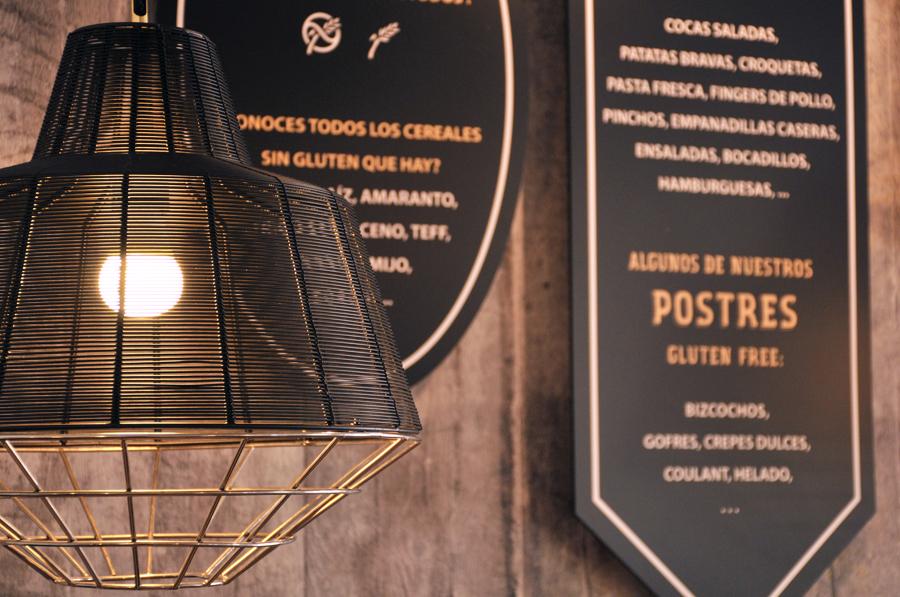 detalle iluminación cartelería rótulo pizarras