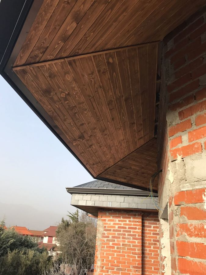 Tejado de pizarra y revestimiento de alero en madera c for Tejados de madera y pizarra