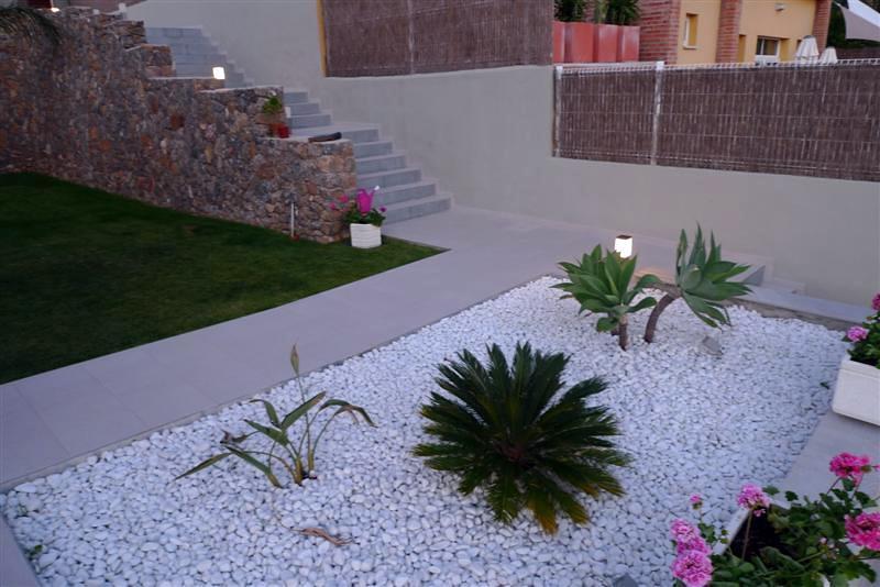 Detalle jardín con escalera posterior