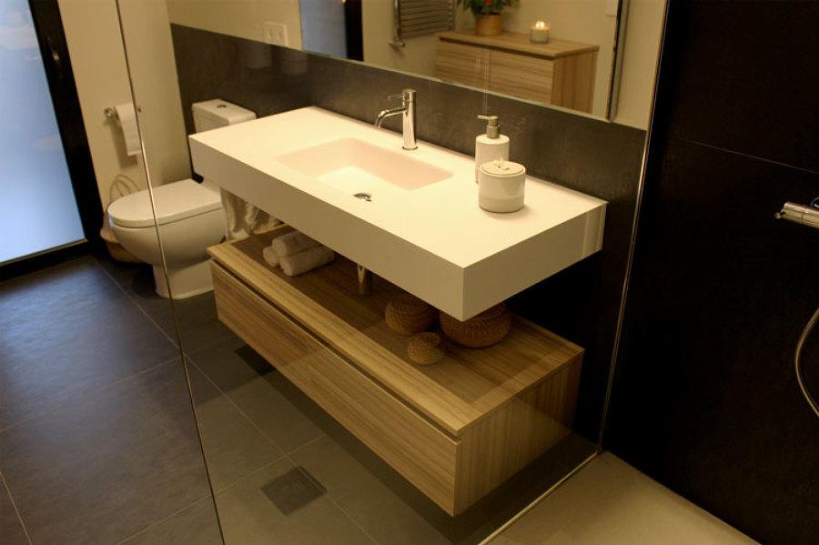 Detalle lavabo desde dentro de la ducha