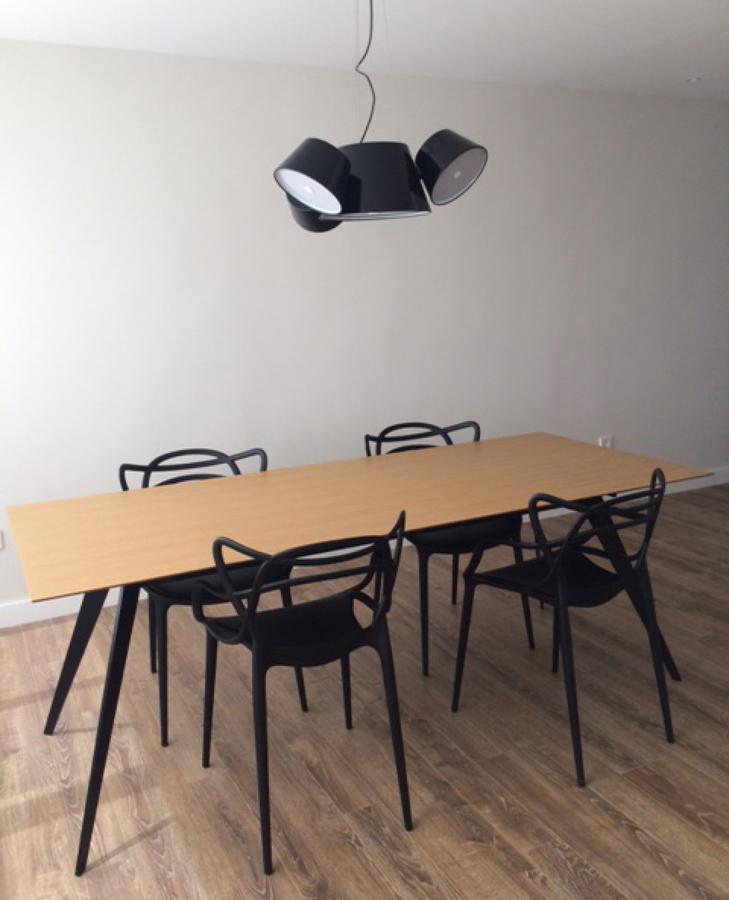 Detalle mesa e iluminación