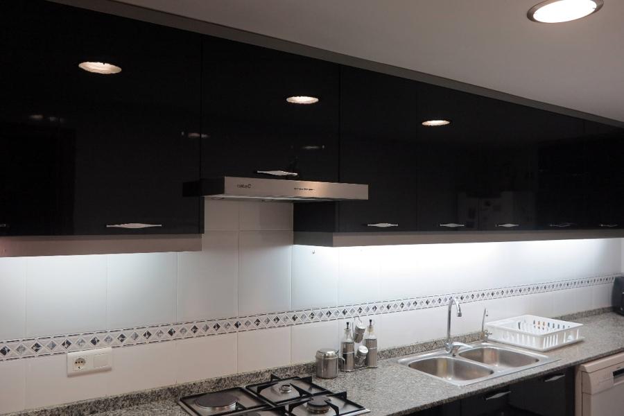 Cambio puertas cornisas y zocalo de una cocina ideas for Zocalos de aluminio para muebles de cocina