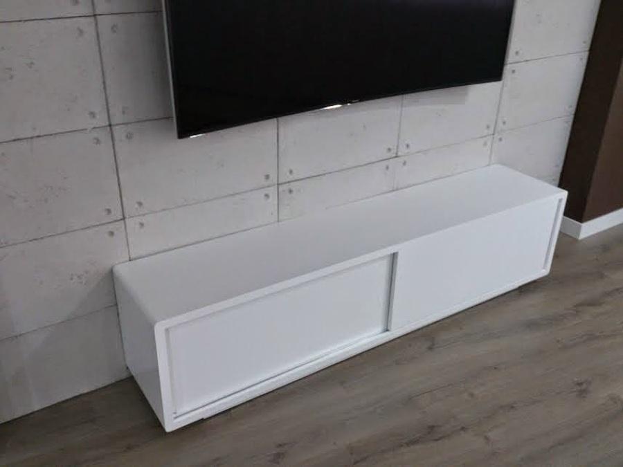 DETALLE PARED Y MUEBLE TV