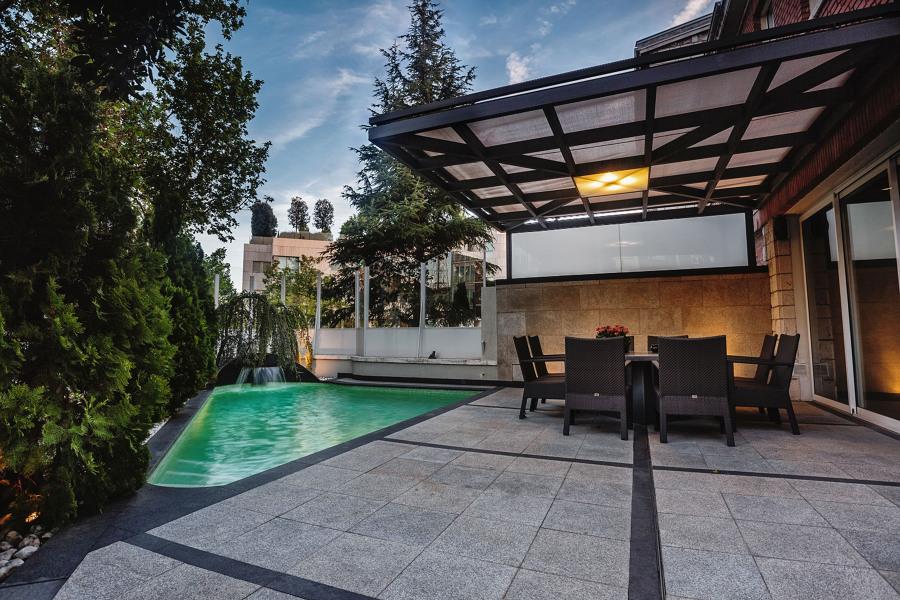 Descubre la bella reforma de una terraza y jard n - Pergolas de forja ...