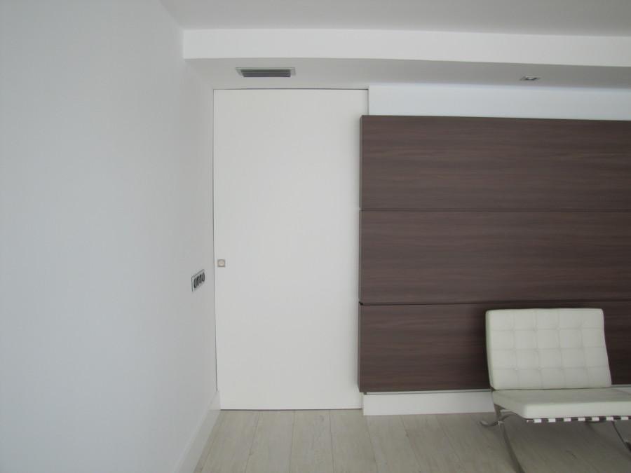 Detalle puerta escamoteada entre paredes