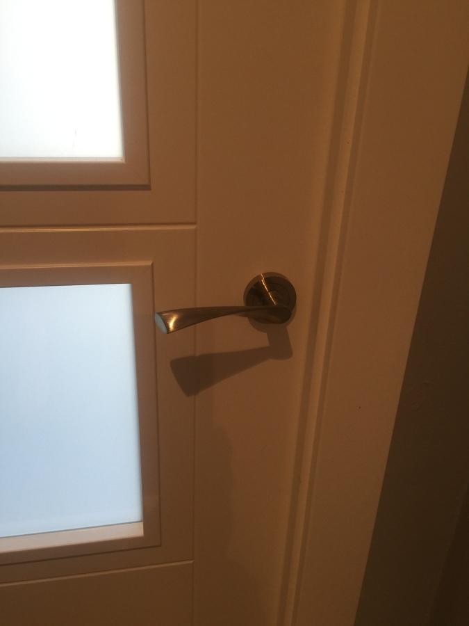 Detalle ranuras en puertas lacadas