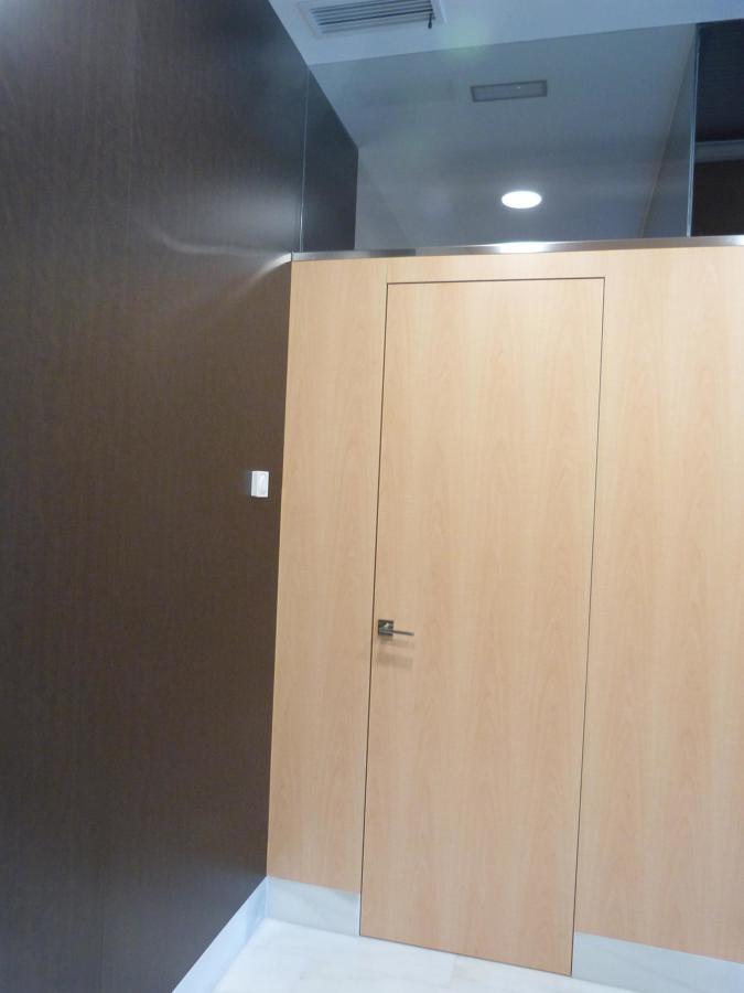 Detalle Revestimiento de madera y puertas.