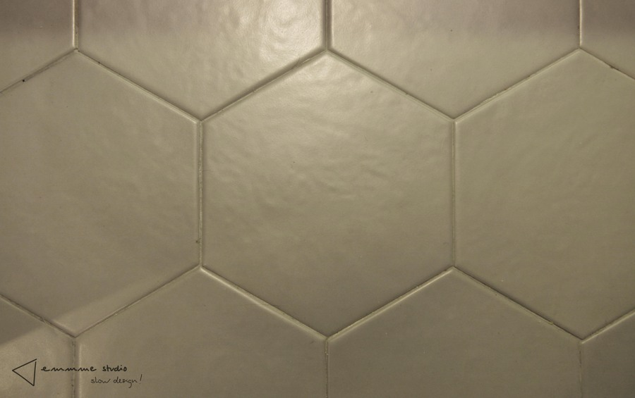 La cocina de Ana y Paul por emmme studio: Detalle suelo cerámica nais