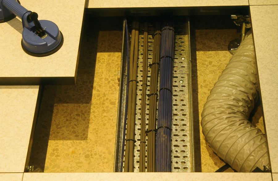 Detalle suelo técnico ocultando cableado