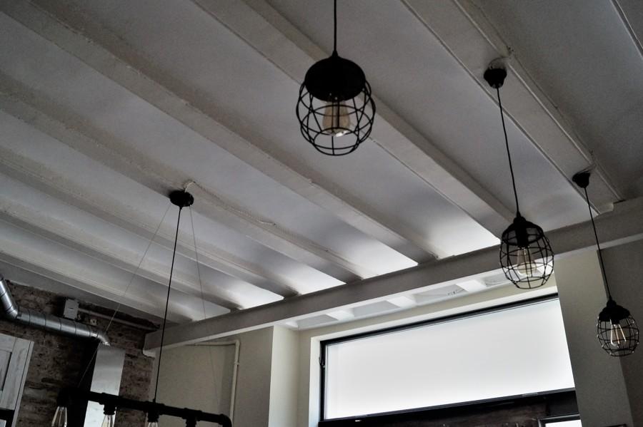 Detalle techo e iluminación