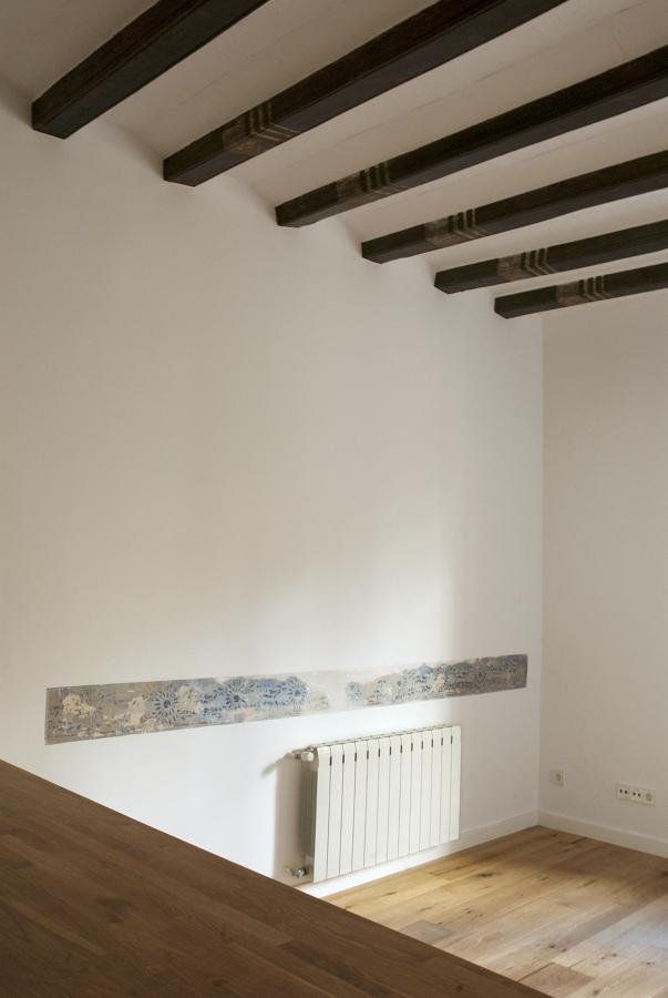 detalles originales: arrimadero y vigas de madera decoradas