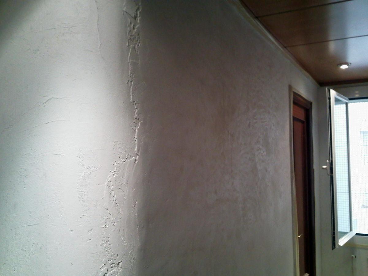 Paredes del pasillo con primera micro capa aplicada
