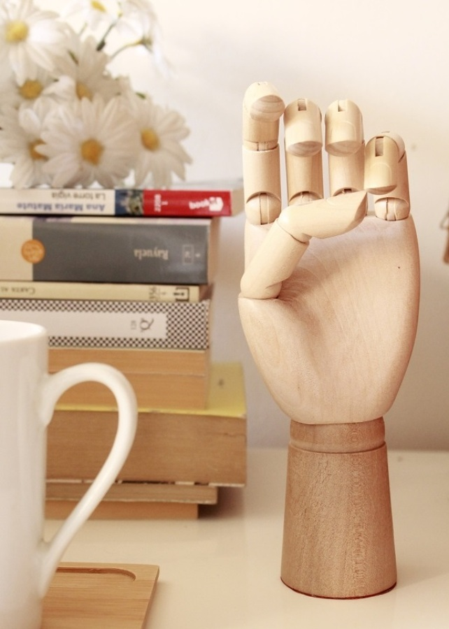 mano de madera en tonos claros