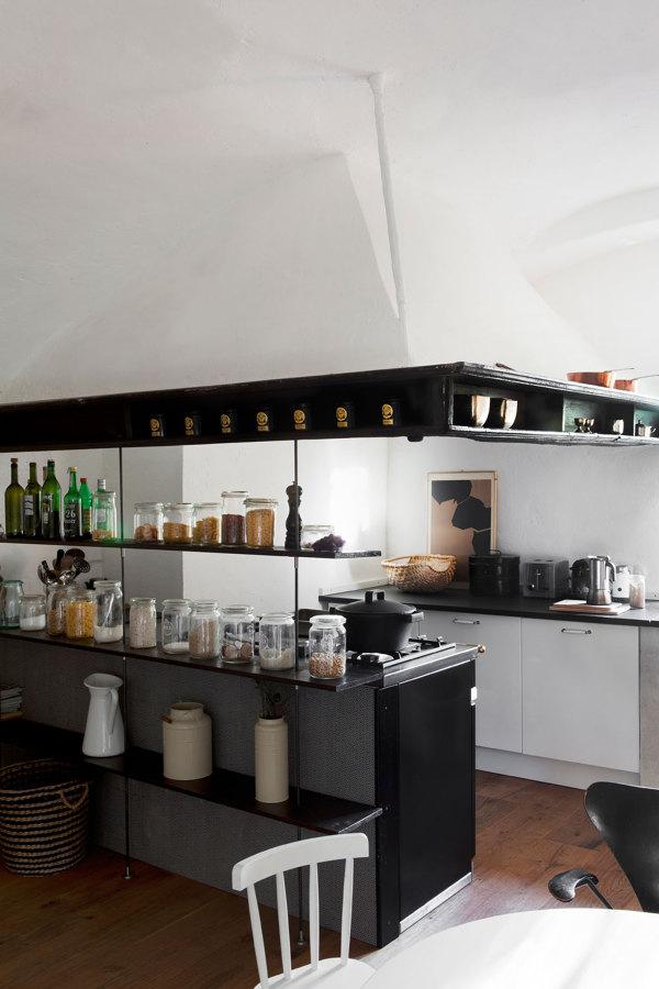 estanterías modernas en una cocina tradicional