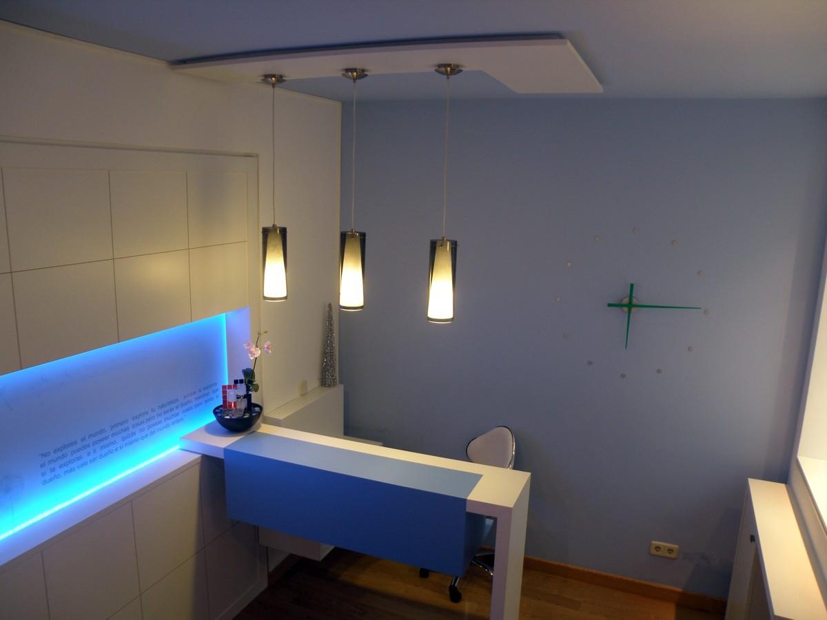 Foto dise o de mobiliario para centro de masaje en madrid for Mobiliario de diseno