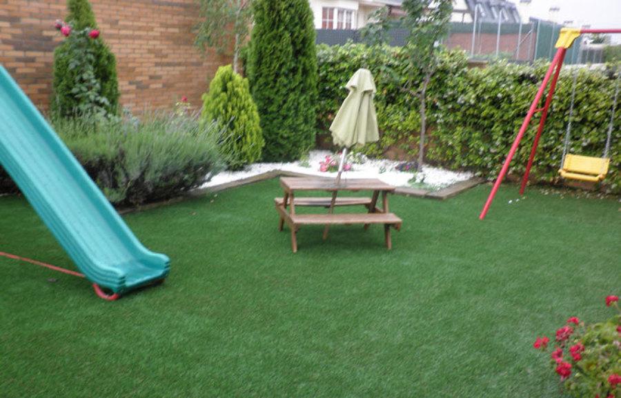 Diseño y ejecución de jardin privado con cesped artificial