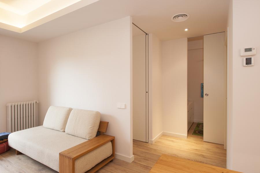 Distribuidor de habitaciones con puertas correderas abiertas