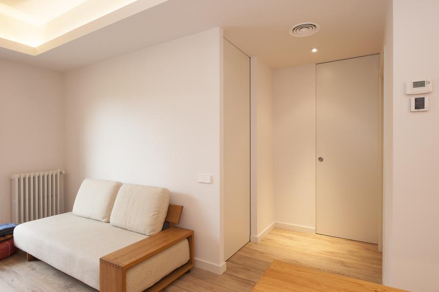 Distribuidor de habitaciones con puertas correderas cerradas