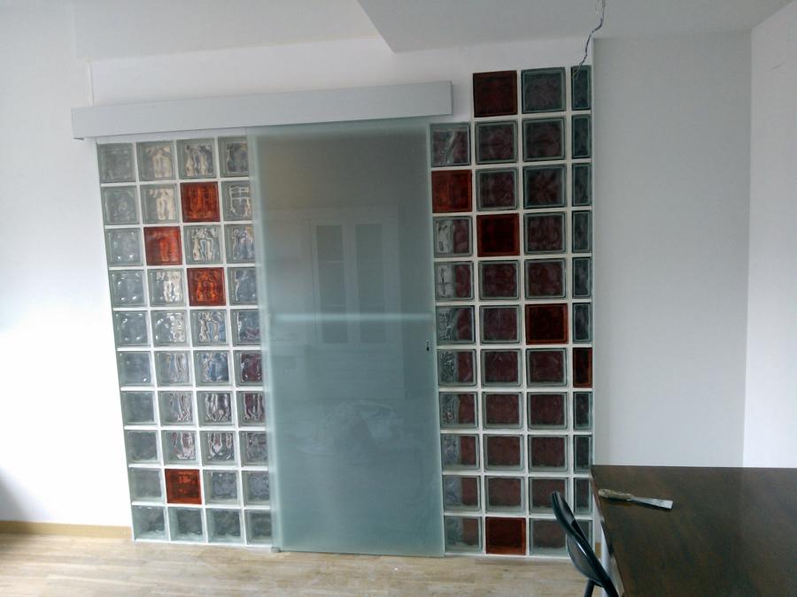 Tabique de vidrio con puerta de vidrio corredera ideas - Cocinas con bloques de vidrio ...