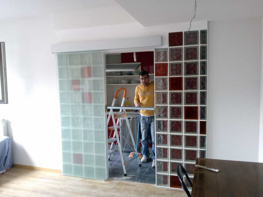 Tabique de vidrio con puerta de vidrio corredera - Tabiques de cristal para viviendas ...