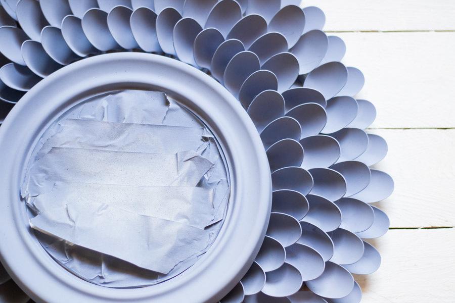 DIY espejo con cucharas de plástico