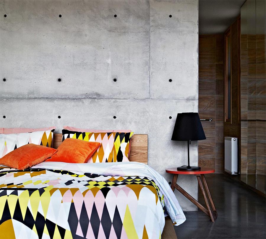 dormitorio con pared de hormigón