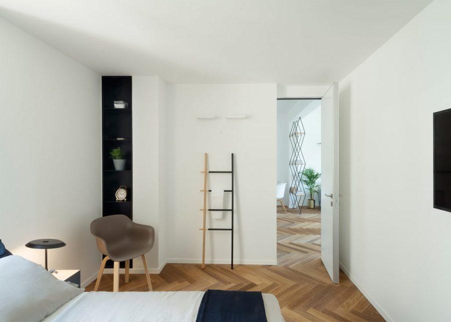 Dormitorio con suelo de madera