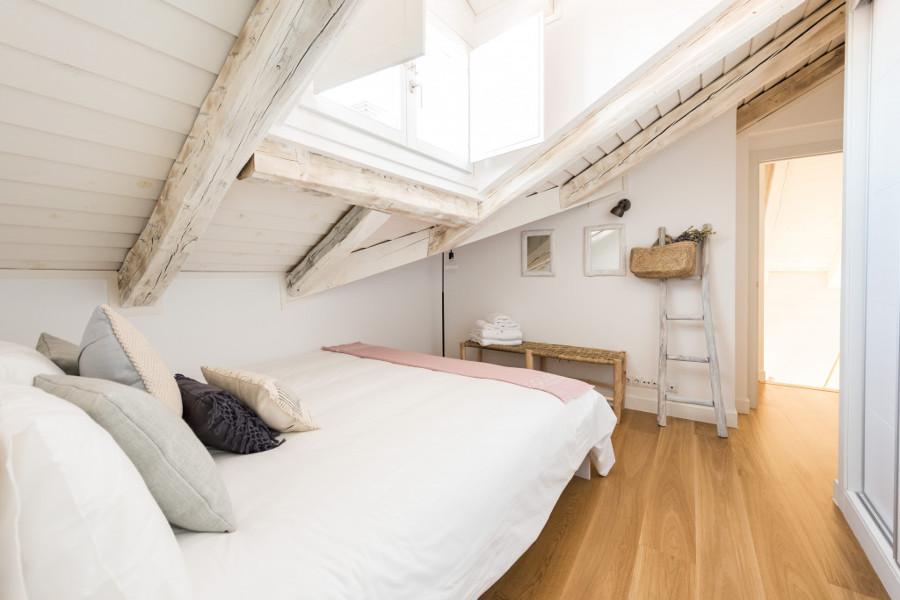 Dormitorio con ventana de techo