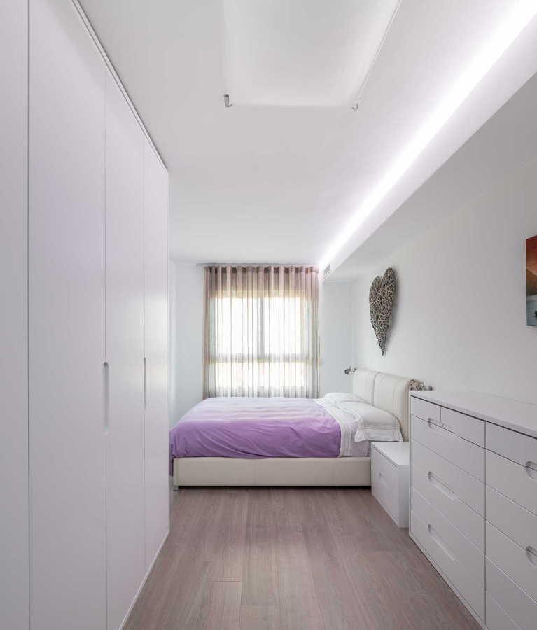 Dormitorio en blanco y colcha lila