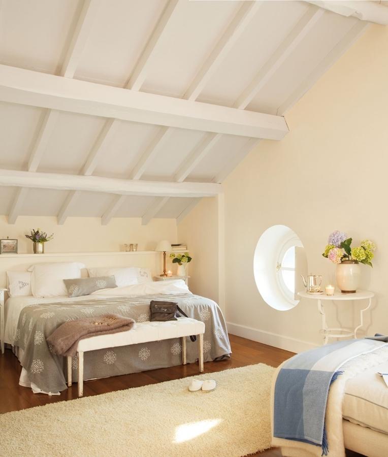 La belleza de los dormitorios abuhardillados ideas decoradores - Bancos para dormitorio matrimonio ...