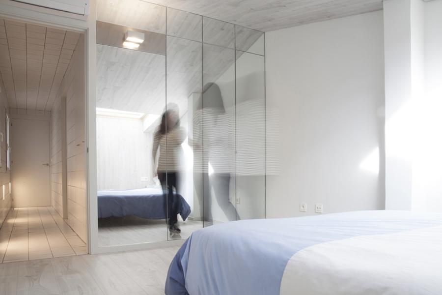 dormitorio abuhardillado con acabado laminado