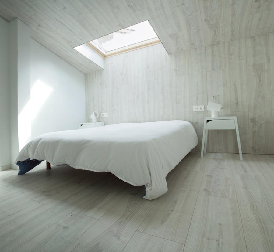 Dormitorio abuhardillado con lucernario