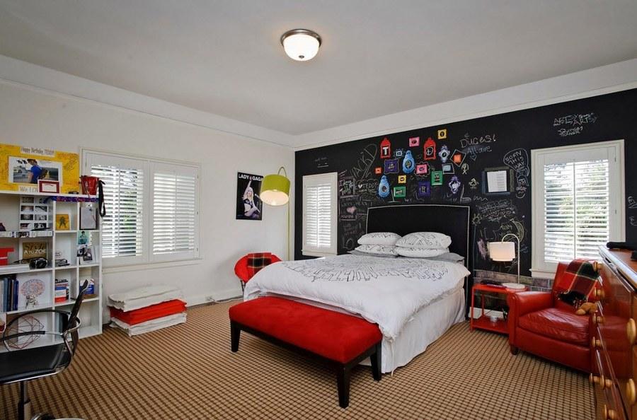 Dormitorio adolescente en rojo y negro