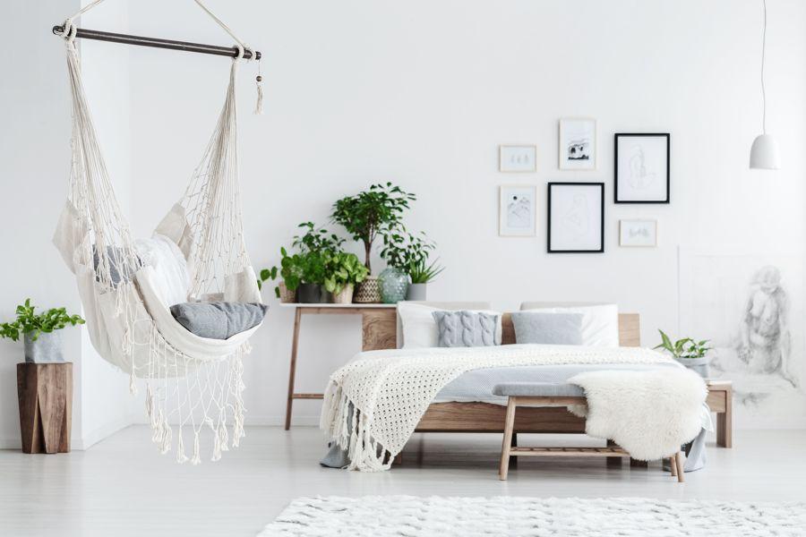 Dormitorio blanco con columpio