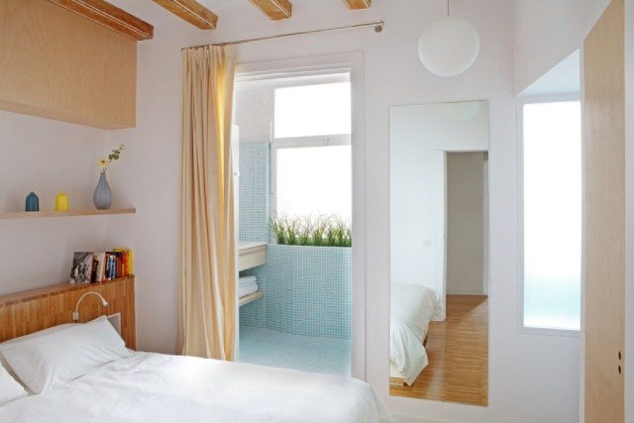 dormitorio blanco con cortinas