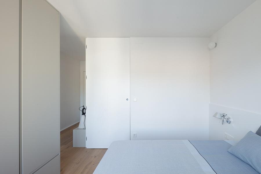 Dormitorio blanco y comodo