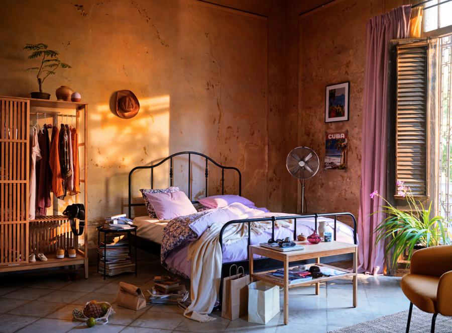 Dormitorio cálido con cama de forja