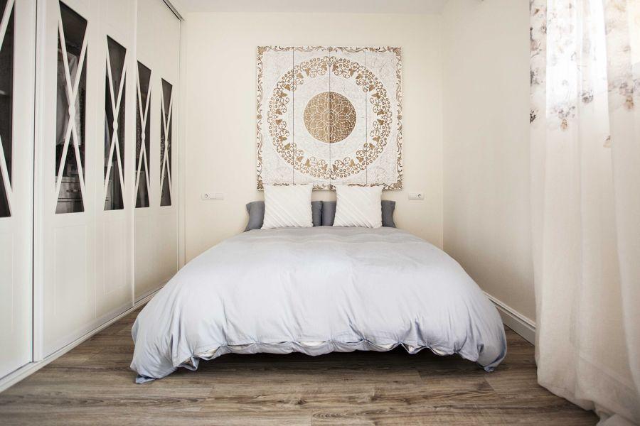 Dormitorio clásico con armario empotrado con frentes de aspas