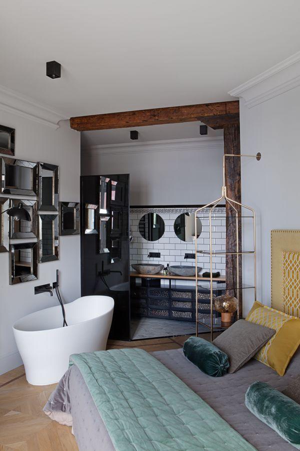 Dormitorio clásico con bañera exenta y baño al fondo