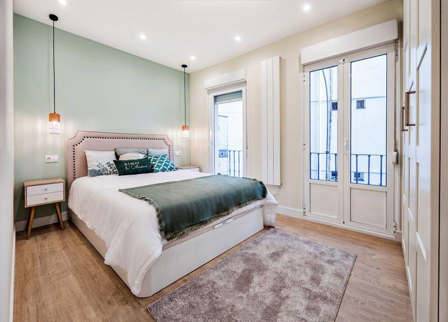 Dormitorio clásico con cama con canapé