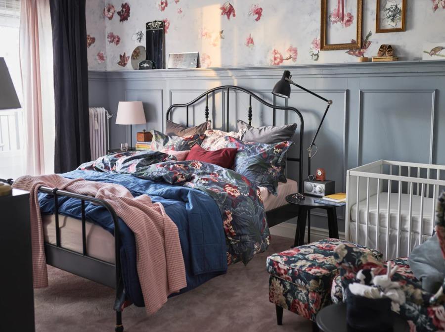 Dormitorio clásico con cama de forja y colchón de IKEA