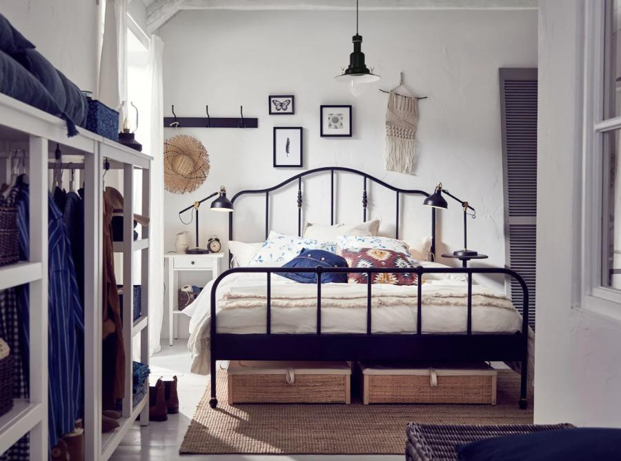 Dormitorio clásico con cama de hierro y colchón de IKEA