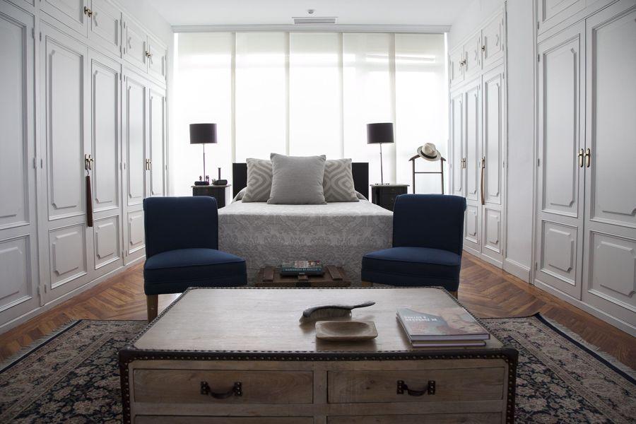 Dormitorio clásico con dos frentes de armarios empotrados