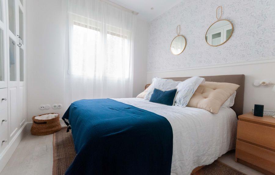 Dormitorio clásico con papel pintado