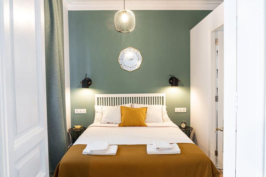 Dormitorio clásico con pared verde oliva