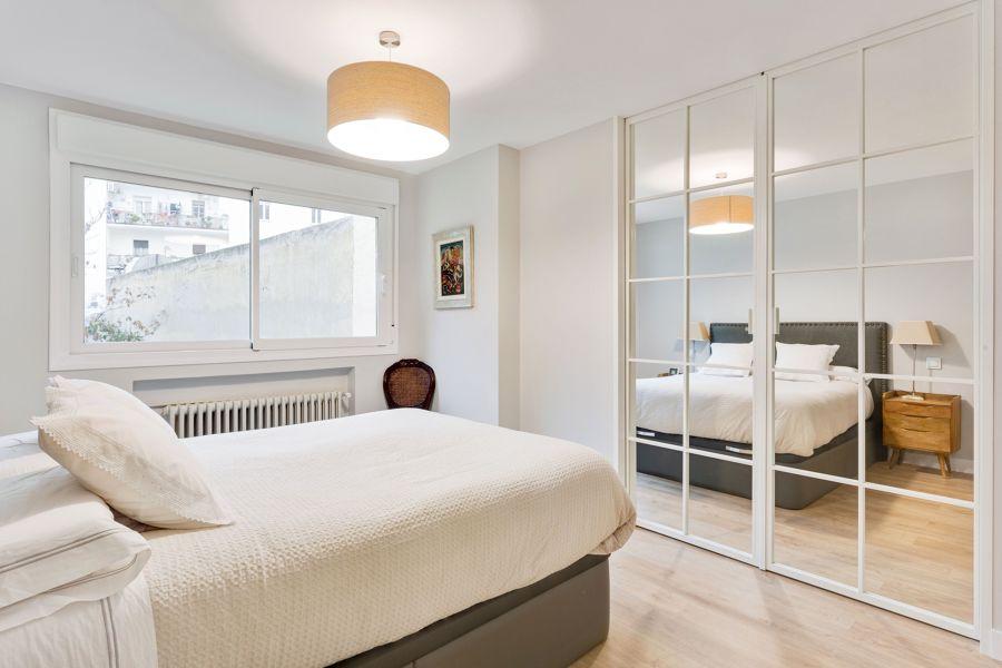 Dormitorio clásico con vestidor integrado
