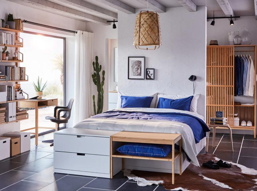 Dormitorio con armario abierto de bambú.