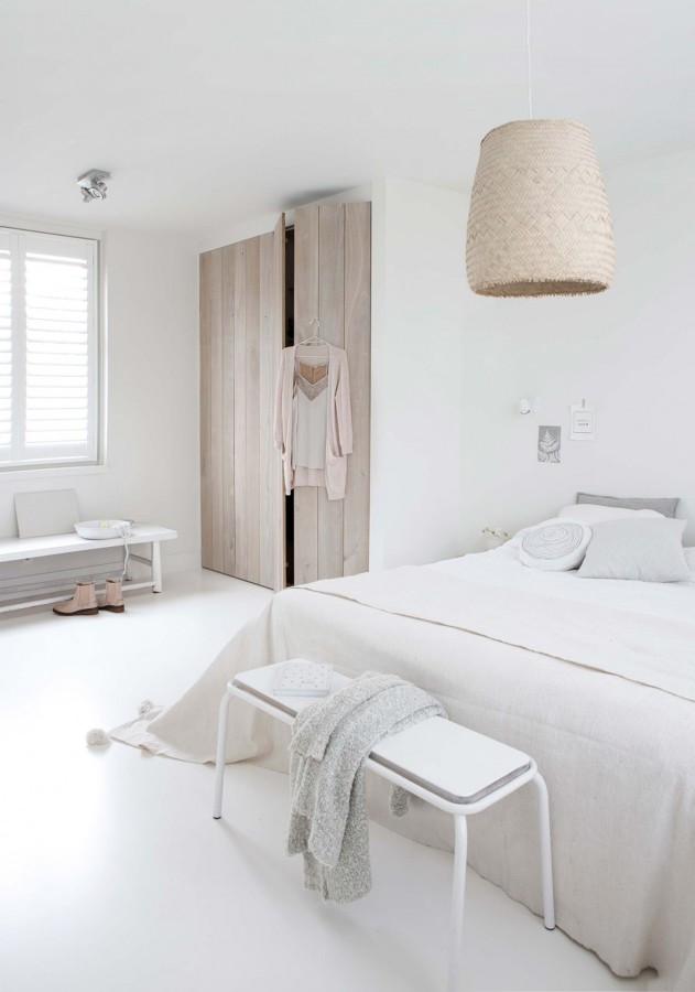 Dormitorio con armario de madera